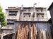 建物前に並べられた木材のオブジェ